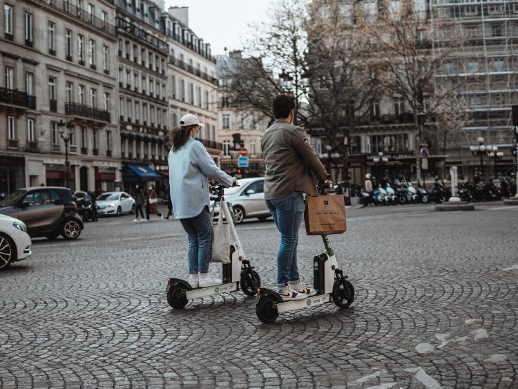 Movilidad sostenible y eléctrica por la ciudad.