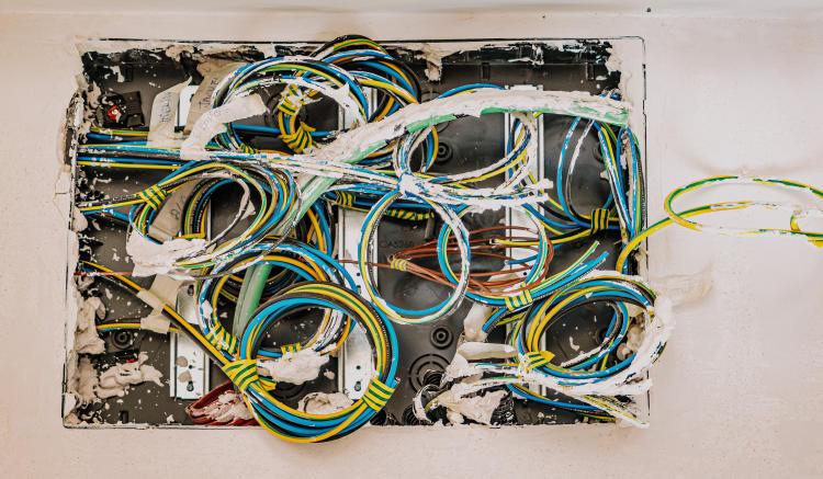 Cables de una instalación eléctrica.