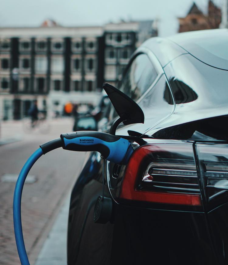 Vehículo Tesla conectado a un cargador.
