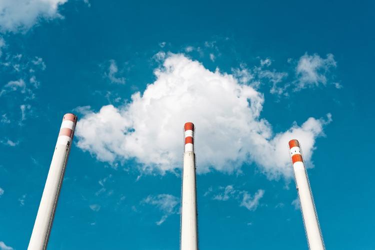 Chimeneas emitiendo gases de efecto invernadero.